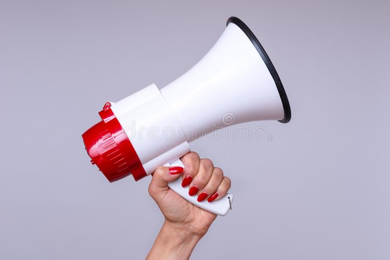 Kobieta trzyma up głośnego megafon lub hailer fotografia royalty free