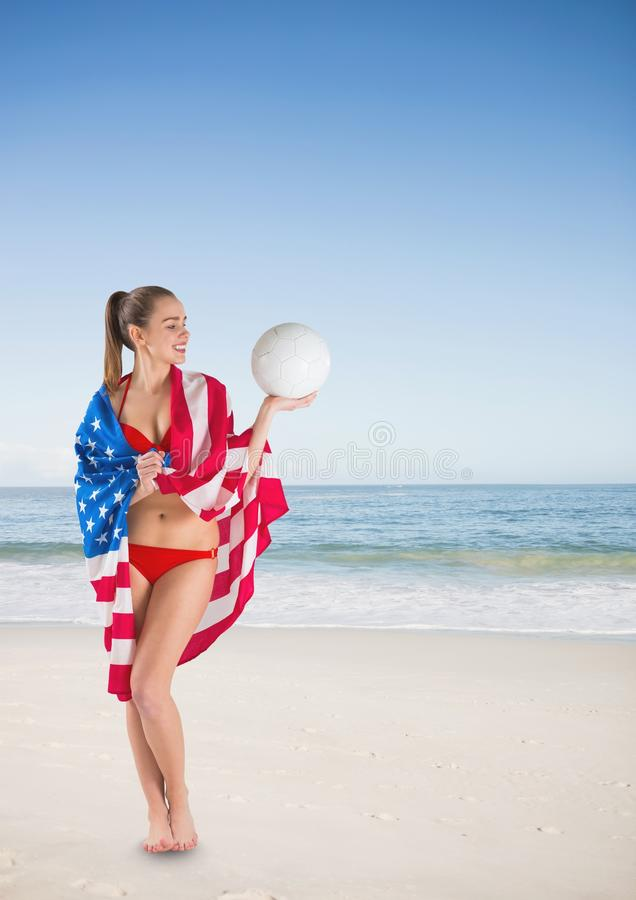 Kobieta trzyma usa flaga w plaży obraz royalty free