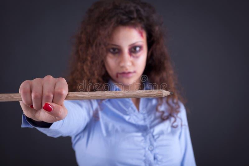 Kobieta trzyma wielkiego pióro w imię bezpłatnych środków i journali obraz stock