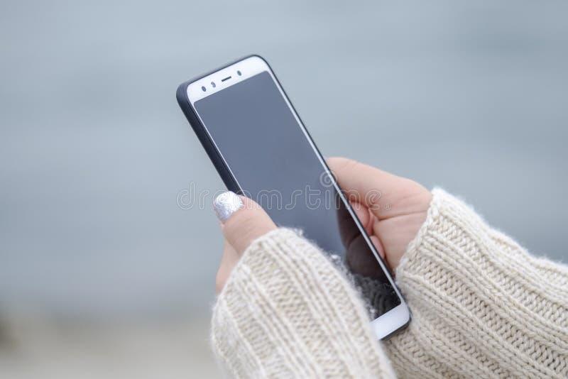 Kobieta trzymająca smartfon blisko 1 obrazy stock