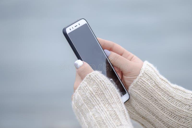 Kobieta trzymająca smartfon blisko 6 fotografia stock