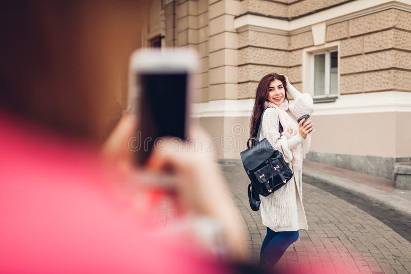 Kobieta turysta bierze obrazek jej przyjaciel w Odessa Szczęśliwi przyjaciół podróżnicy ma zabawę obrazy stock