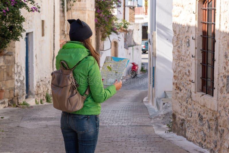 Kobieta turysta jest przyglądający mapa zdjęcie royalty free