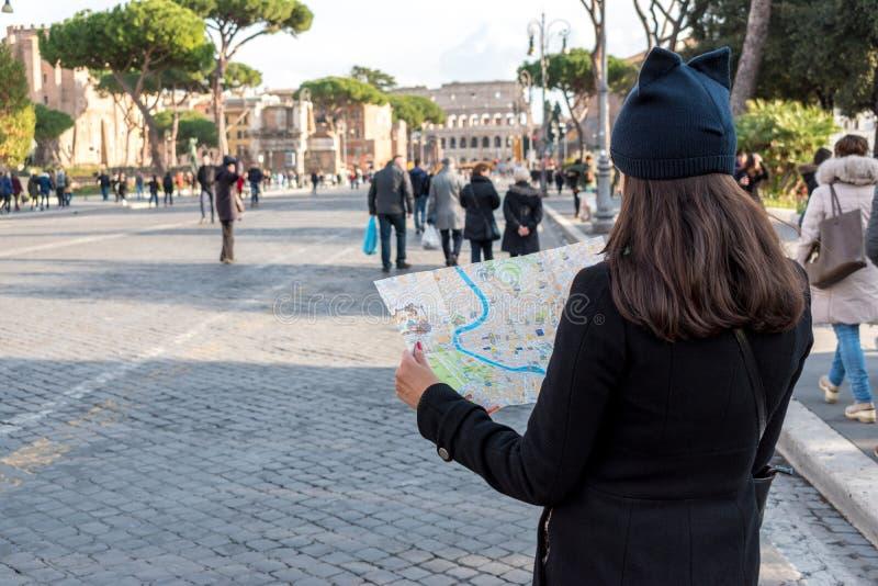 Kobieta turysta jest przyglądający mapa na ulicie zdjęcie royalty free