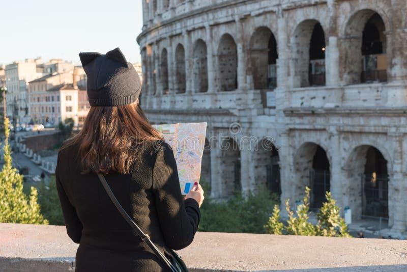 Kobieta turysta jest przyglądający mapa na ulicie zdjęcia stock