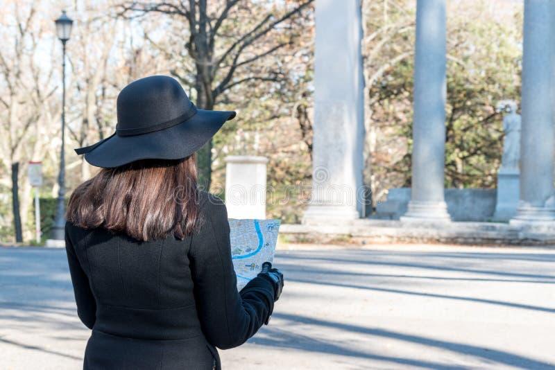 Kobieta turysta jest przyglądający mapa na ulicie zdjęcia royalty free