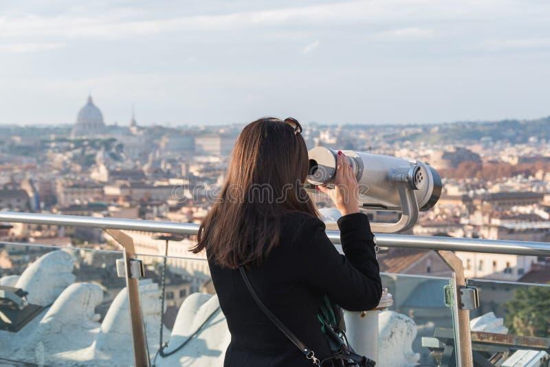 Kobieta turysta jest przyglądający przez lornetek zdjęcie stock