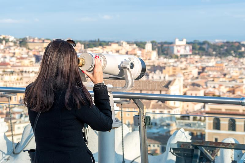 Kobieta turysta jest przyglądający przez lornetek na mieście Rzym zdjęcia royalty free