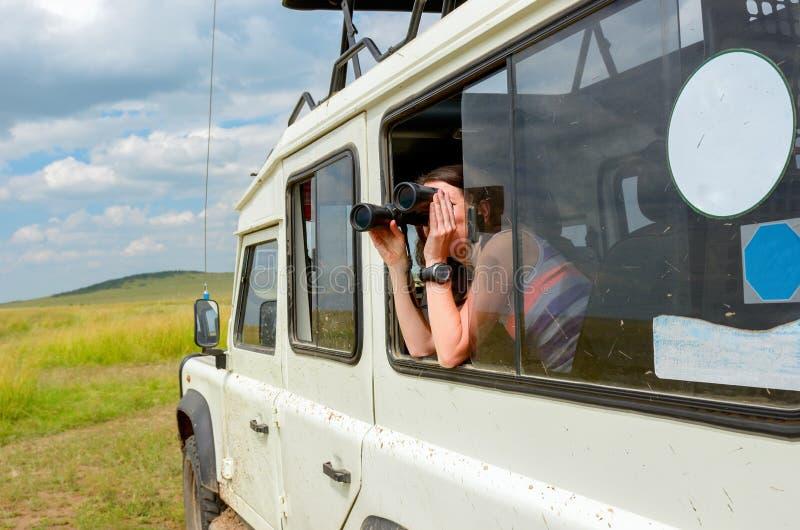 Kobieta turysta na safari w Afryka, podróż w Kenja obrazy stock