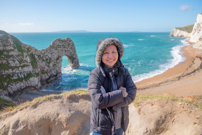 Kobieta turysta przy falezą w Anglia obraz royalty free