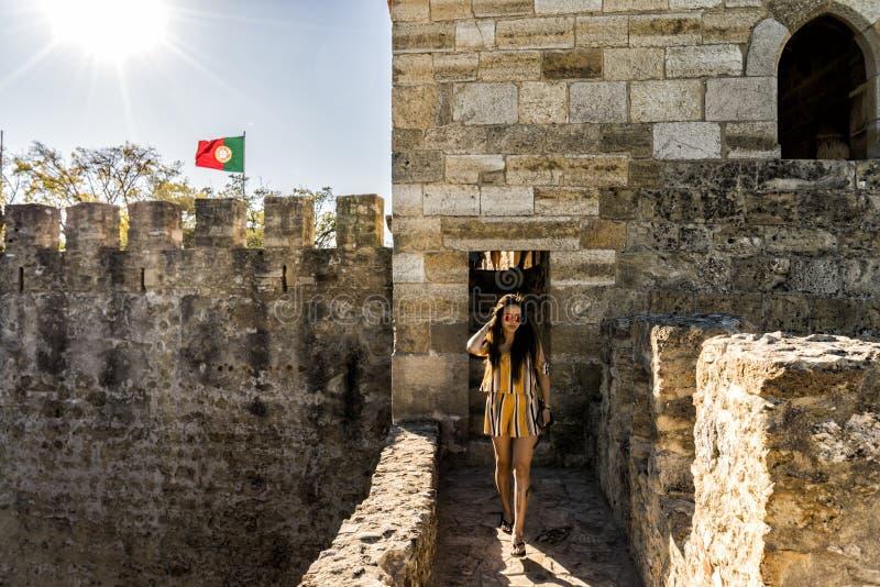 Kobieta turysta w średniowiecznym grodowym ` Fernandina ściany ` Lisbon, Portugalia zdjęcia stock