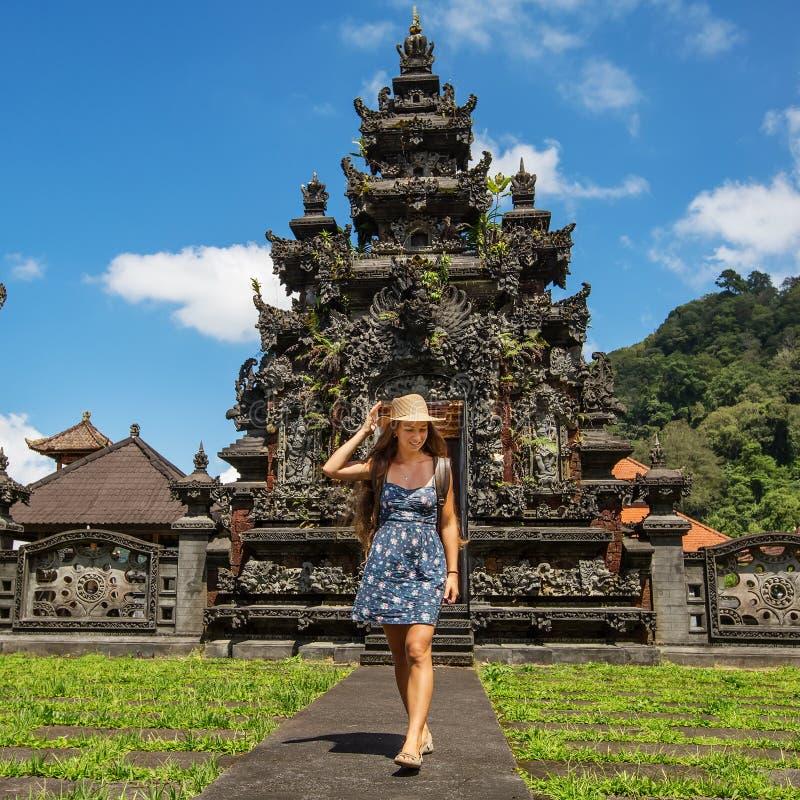Kobieta turysta w świątyni na wyspie Bali fotografia stock
