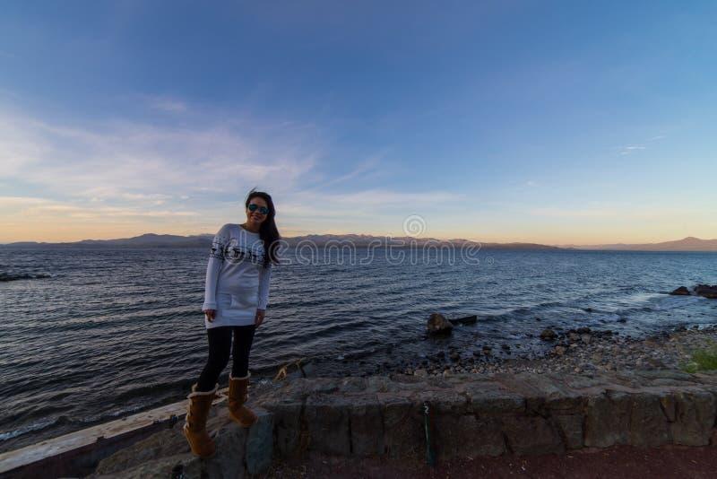 Kobieta turysta w jeziorach San Carlos De Bariloche i górach, Argentyna fotografia royalty free
