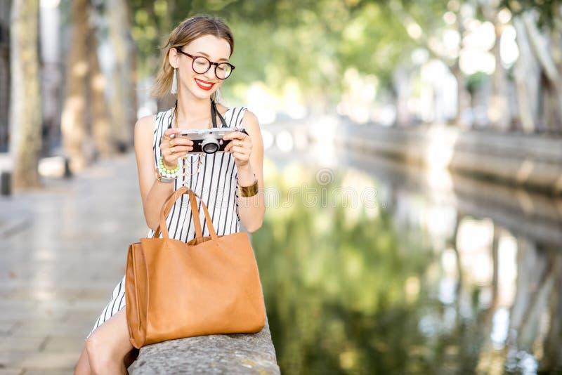 Kobieta turysta w parku obrazy stock
