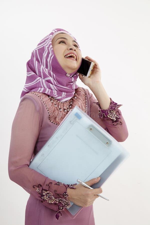 Kobieta tusing mądrze telefon obraz stock