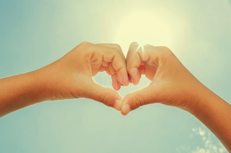 kobieta tworzy serce kształtował ręki z południa słońca instagram fotografia stock