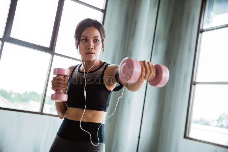 Kobieta używa dumbbell robi niektóre bokserskiemu ćwiczeniu zdjęcia stock