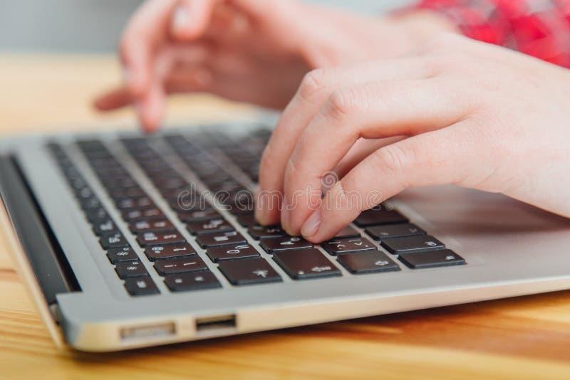 Kobieta używa laptop, surfujący sieć, przegląda informacja podczas gdy mieć miejsce pracy w domu Zamazany trikowy rysunek obraz royalty free