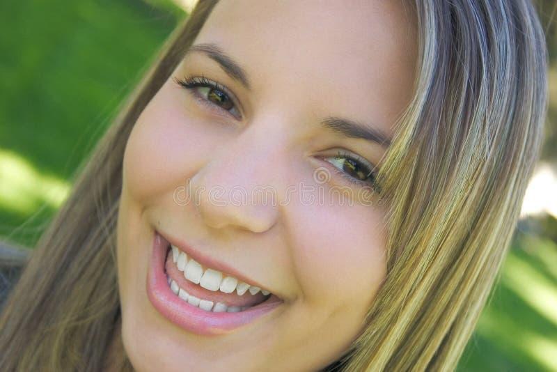 Download Kobieta uśmiechnięta obraz stock. Obraz złożonej z potomstwa - 26701