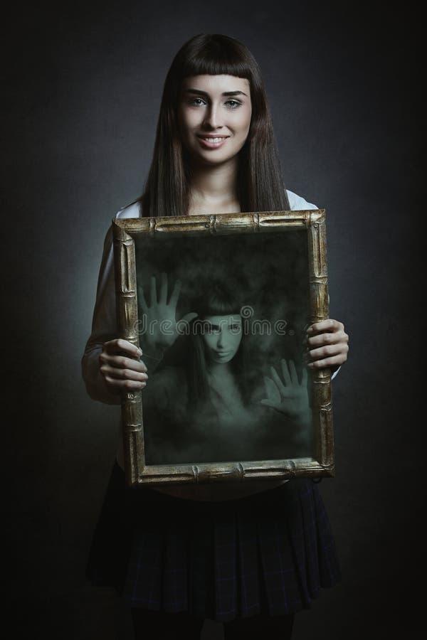 Kobieta uśmiechy ale jej dusza łapać w pułapkę obraz stock