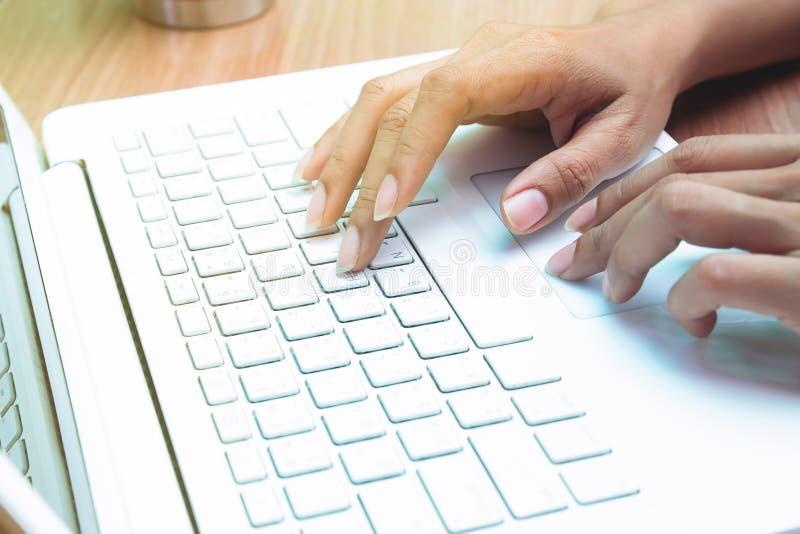 Kobieta używać laptop pracuje w domu freelancer Biznes lub marketing zdjęcie stock