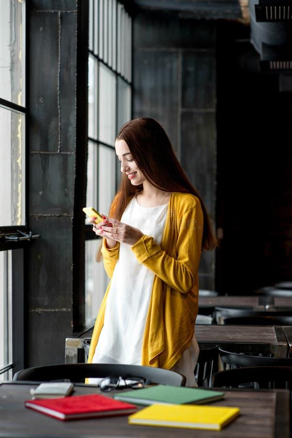 Kobieta Używać Telefon zdjęcie stock