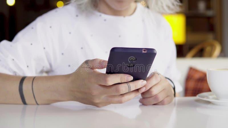 Kobieta używa app na smartphone, texting na telefonie komórkowym obraz stock