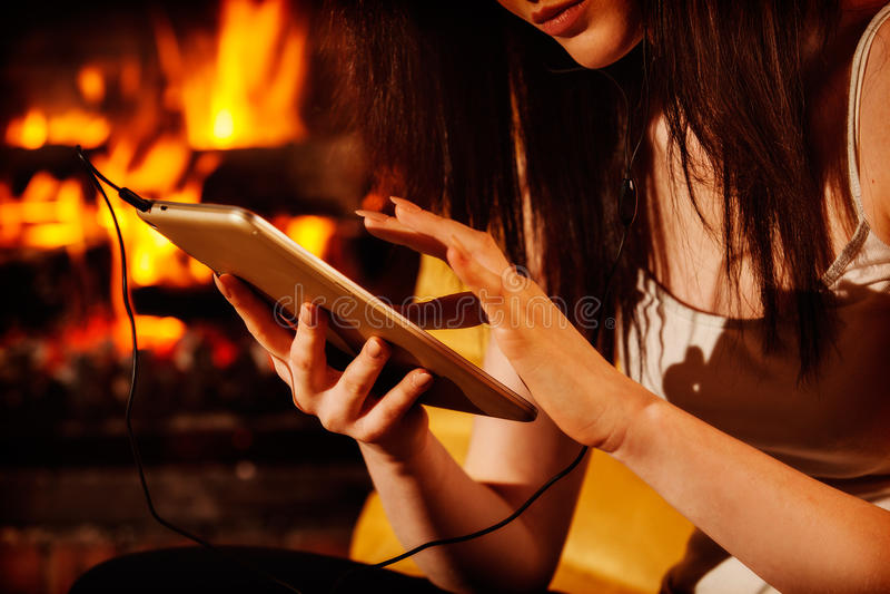 Kobieta używa cyfrowego pastylki obsiadanie grabą obrazy royalty free