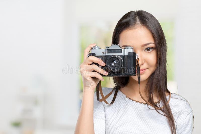 Kobieta używa fotografii kamerę obraz stock