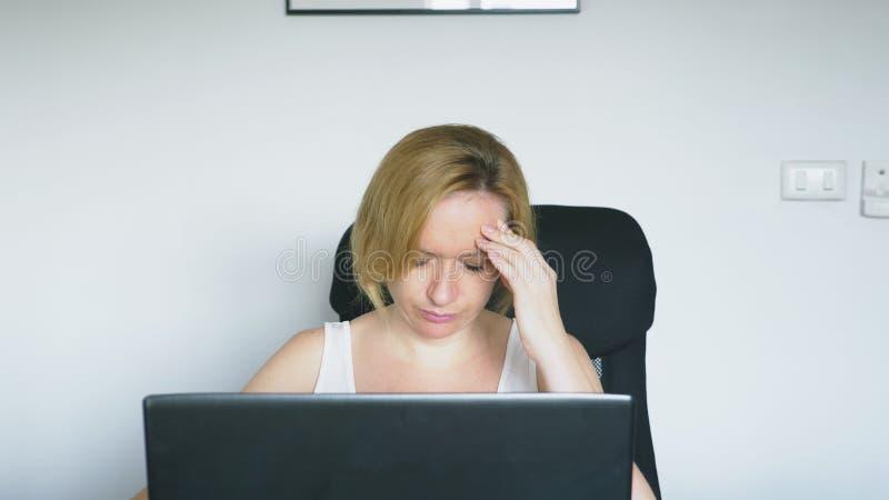 Kobieta używa jej laptop siedzi przy stołem, gniewny i dokucza ludzkie emocje nałóg rysujący ręki ilustracyjny internetów wektoru fotografia stock