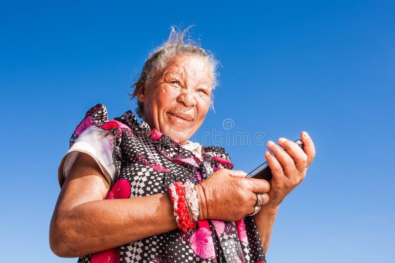 Kobieta używa jej nowego telefon komórkowego fotografia stock