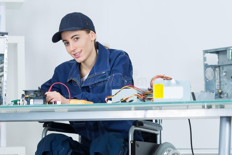 Kobieta używa kalibrujący maszynę obraz stock