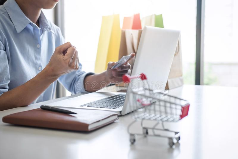Kobieta używa karty kredytowej ochrony metrykalnego kod i zapłaty zakupy i obsługi klientej online sieci związku rynek, używać zdjęcia stock