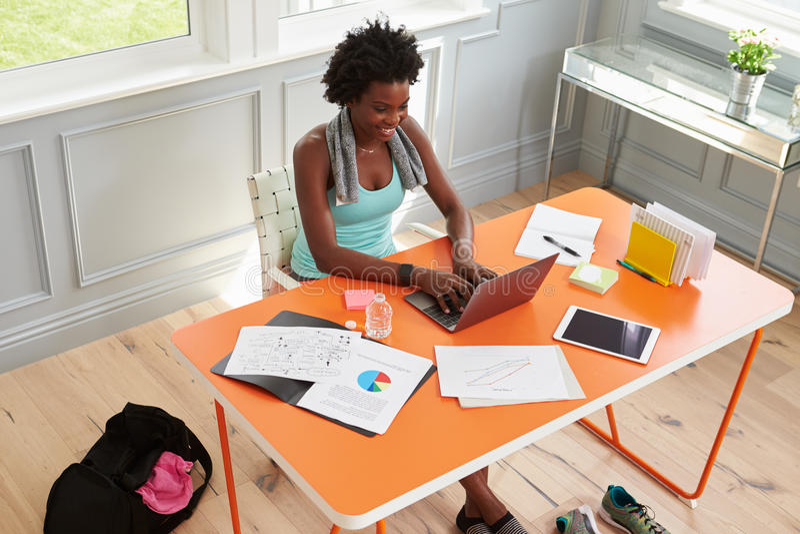 Kobieta używa komputer w domu po ćwiczyć, podwyższony widok zdjęcia royalty free