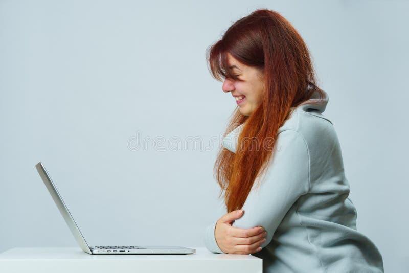 Kobieta używa laptop dla komunikacji w gadce lub wideo gadce Og?lnospo?eczny medialny poj?cie zdjęcie stock