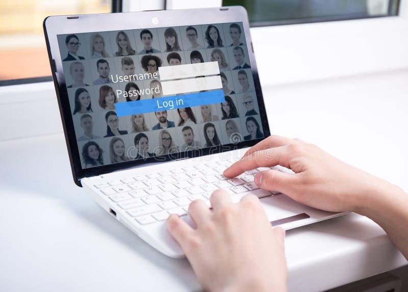Kobieta używa laptop z nazwy użytkownika pudełkiem na ekranie zdjęcia royalty free