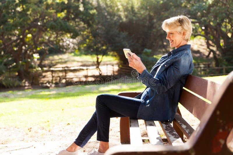 Kobieta Używa Mądrze telefon zdjęcie royalty free