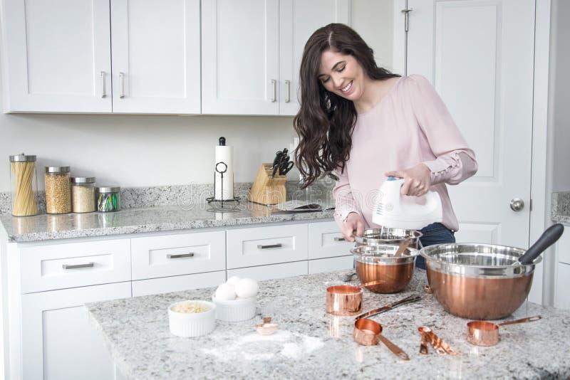 Kobieta używa melanżer w kuchni obraz royalty free