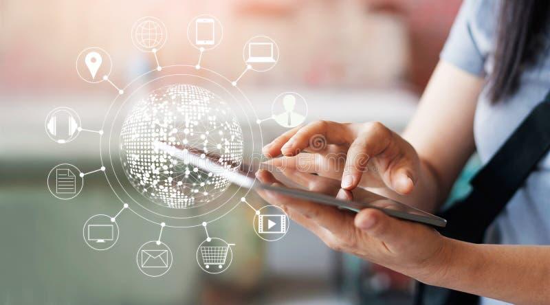 Kobieta używa mobilne zapłaty dla online zakupy obraz royalty free
