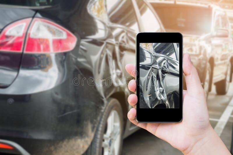 kobieta używa mobilnego mądrze telefon bierze fotografię kraksa samochodowa fotografia royalty free