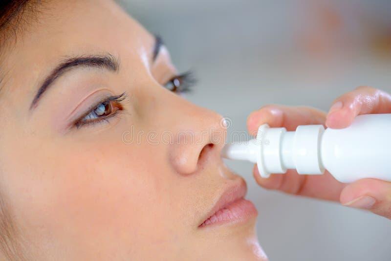 Kobieta używa nos kiść obrazy royalty free