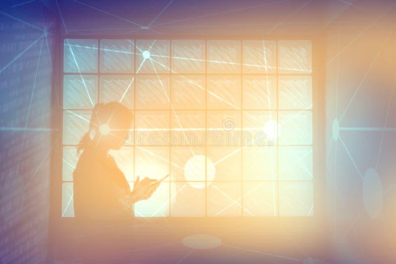 Kobieta używa sieć na mądrze telefonie obrazy stock