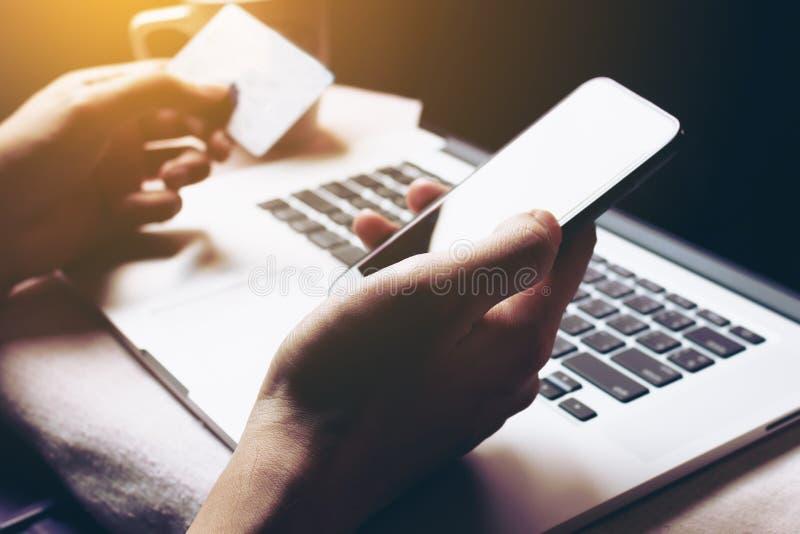 Kobieta używa smartphone i nazwa użytkownika interneta bankowość dla robić zakupy o zdjęcia royalty free