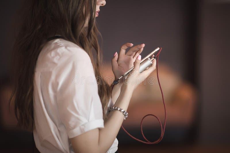 Kobieta używa smartphone z powerbank fotografia stock