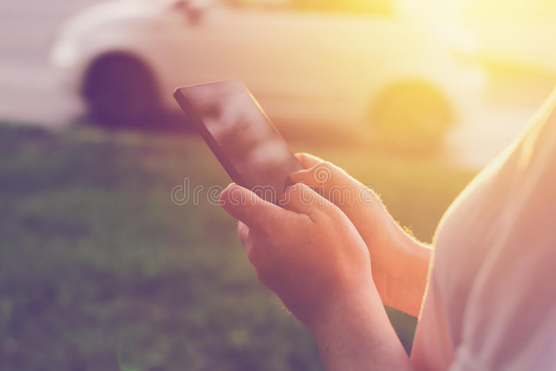 Kobieta używa telefon komórkowego app dzwonić taxi taksówkę obrazy royalty free