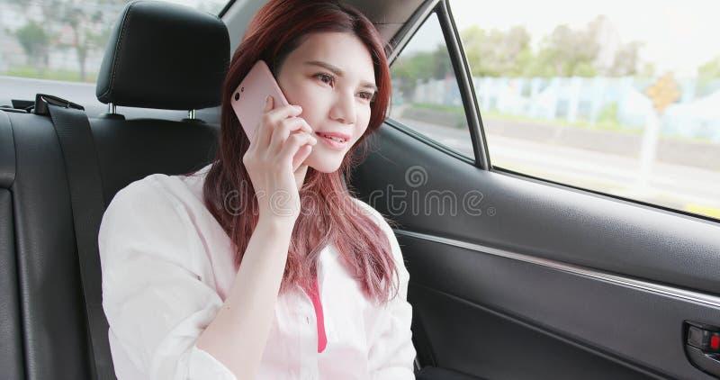 Kobieta używa telefon w samochodzie obrazy stock