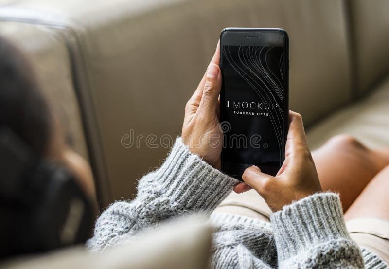 Kobieta używa telefonu komórkowego mockup obraz stock
