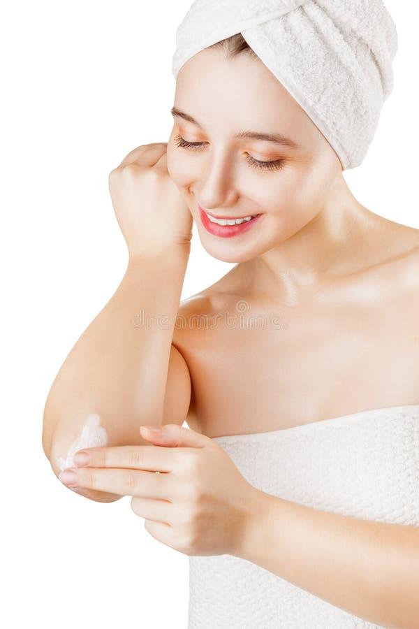Kobieta używa twarz czyści ochraniacza obrazy stock