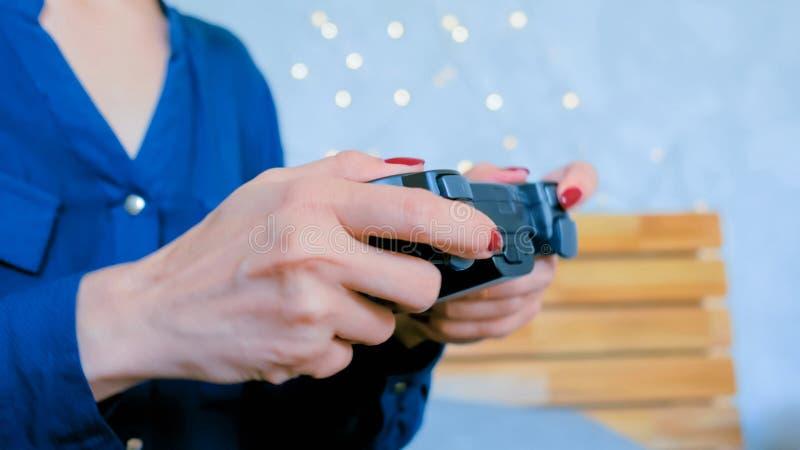 Kobieta u?ywa joystick lub gamepad zdjęcia royalty free