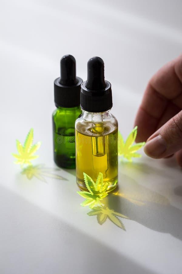 Kobieta u?ywa marihuany marihuany konopie CBD olej jako b?lowy zab?jca i medyczna terapia fotografia stock